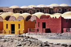 Färgrika hus i africa arkitekturbyggnad royaltyfri foto
