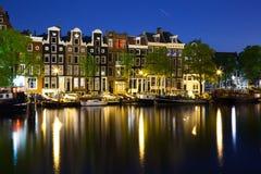 Färgrika hus i Amsterdam på natten royaltyfri fotografi
