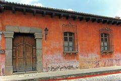 Färgrika hus i Antigua, Guatemala, Central America Royaltyfri Bild