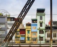 Färgrika hus i centret av Hanoi, Vietnam fotografering för bildbyråer