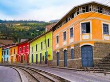 Färgrika hus i den Alausi järnvägsstationen, Ecuador arkivbild