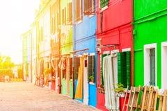 Färgrika hus i den Burano ön med solljus nära Venedig, Italien Populärt och berömt turist- ställe Arkivbilder