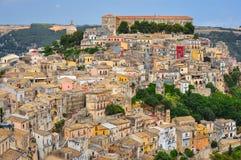 Färgrika hus i den gamla medeltida byn Ragusa i Sicilien Arkivbilder