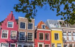 Färgrika hus i den historiska mitten av Haarlem Royaltyfria Foton