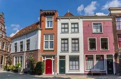 Färgrika hus i den historiska mitten av Leiden Royaltyfri Bild