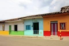 Färgrika hus i den koloniala staden Jardin, Antoquia, Colombia Royaltyfri Fotografi