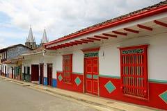 Färgrika hus i den koloniala staden Jardin, Antoquia, Colombia Arkivbild