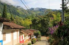 Färgrika hus i den koloniala staden Jardin, Antoquia, Colombia Royaltyfria Bilder