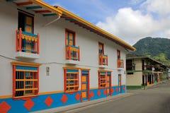 Färgrika hus i den koloniala staden Jardin, Antoquia, Colombia Royaltyfri Bild