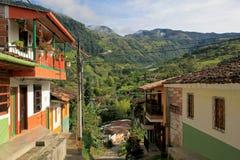 Färgrika hus i den koloniala staden Jardin, Antoquia, Colombia Arkivbilder