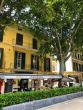 Färgrika hus i den medelhavs- gamla staden av Palma, Spanien Majorca, Balearic Island royaltyfria foton