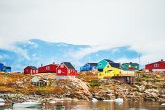 Färgrika hus i den Saqqaq byn, Grönland royaltyfri bild