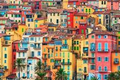 Färgrika hus i gammal del av Menton, franska Riviera, Frankrike arkivfoto