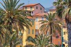 Färgrika hus i gammal stadarkitektur av Menton på franska Riviera Provence-Alpes-skjul D ` Azur, Frankrike royaltyfria bilder