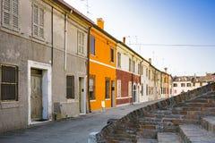 Färgrika hus i gatan Comacchio, Italien royaltyfri foto