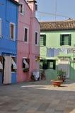 Färgrika hus i liten plaza Arkivfoton