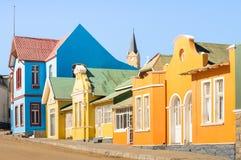Färgrika hus i Luderitz - arkitekturbegrepp i Namibia royaltyfri fotografi