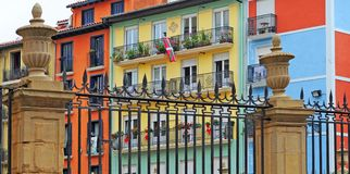 Färgrika hus i Pamplona, baskiskt land Arkivbilder