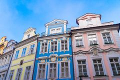 Färgrika hus i Prague royaltyfria bilder