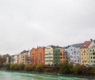 Färgrika hus Innsbruck royaltyfria bilder