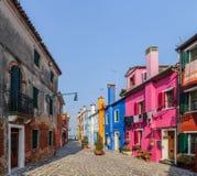färgrika hus italy för burano Arkivfoton