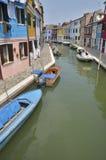 Färgrika hus längs en kanal Royaltyfri Fotografi