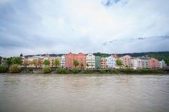 Färgrika hus längs flodarkitektur- och naturbakgrunden i Innsbruck, Österrike Fotografering för Bildbyråer