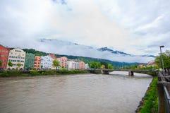 Färgrika hus längs flodarkitektur- och naturbakgrunden i Innsbruck, Österrike Arkivfoto