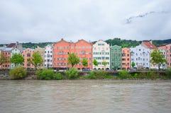 Färgrika hus längs flodarkitektur- och naturbakgrunden i Innsbruck, Österrike Royaltyfri Bild
