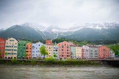 Färgrika hus längs flodarkitektur- och naturbakgrunden i Innsbruck, Österrike Arkivbilder