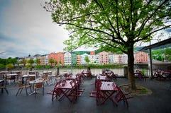 Färgrika hus längs flodarkitektur- och naturbakgrunden i Innsbruck, Österrike Royaltyfri Fotografi