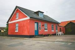 Färgrika hus nära stranden arkivfoton