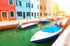 Färgrika hus och fartyg i den Burano ön med solljus nära Venedig, Italien Populärt och berömt turist- ställe Royaltyfria Foton