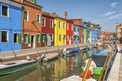 Färgrika hus och kanal på den Burano ön, nära Venedig, Italien arkivbild