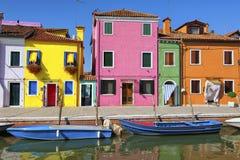 Färgrika hus och kanal på den Burano ön, nära Venedig, Italien arkivfoton