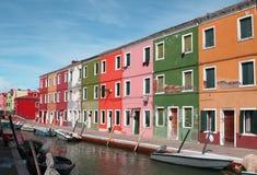 Färgrika hus på ön av BURANO nära Venedig Arkivbild