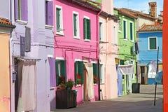 Färgrika hus på ön av BURANO nära Venedig i Italien Fotografering för Bildbyråer