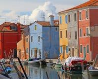 Färgrika hus på ön av BURANO nära Venedig i Italien Arkivfoton