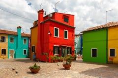 Färgrika hus på Buranoen, Venedig, Italien Royaltyfri Fotografi