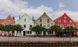 Färgrika hus på den gamla hamnen av Weener Arkivfoto