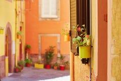 Färgrika hus på en gata av Bosa, Sardinia, Italien Arkivfoto