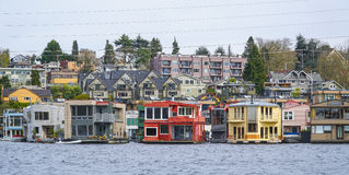 Färgrika hus på sjöunion i Seattle - härliga byggnader - SEATTLE/WASHINGTON - APRIL 11, 2017 Royaltyfri Fotografi