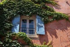 färgrika hus roussillon Arkivbild