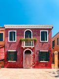 Färgrika hus som tas på den Burano ön, Venedig, Italien Arkivfoton