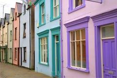 färgrika hus welsh arkivbilder