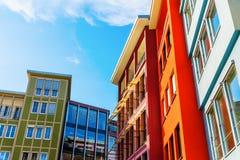 Färgrika husfasader längs en fyrkant i staden av Stuttgart, Tyskland royaltyfria bilder