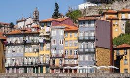 Färgrika husfascades av den portugisiska staden Porto Royaltyfria Foton