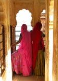 färgrika india jodhpur rajasthan sarees Arkivbild