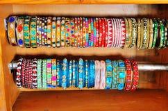 Färgrika indiska armringar Arkivfoto