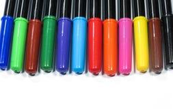 färgrika isolerade pennor Arkivfoto